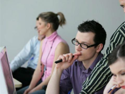 Schüler beim lernen   Umschulung in Berlin